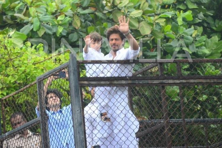 आखिर लोग शाहरुख़ खान के बंगले मन्नत के बाहर क्यों आते हैं? बेटे अबराम ने दिया ये मासूम सा जवाब