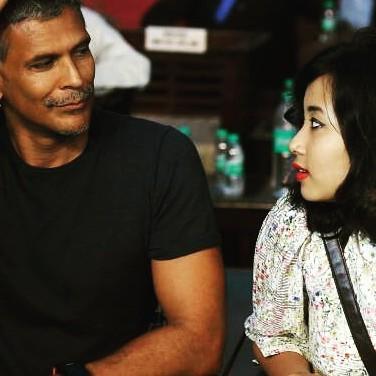 मिलिंद सुमन के साथ उनकी गर्लफ्रेंड की सेल्फी पर बंटे लोग, कोई कर रहा ट्रोल तो कुछ ने किया सपोर्ट