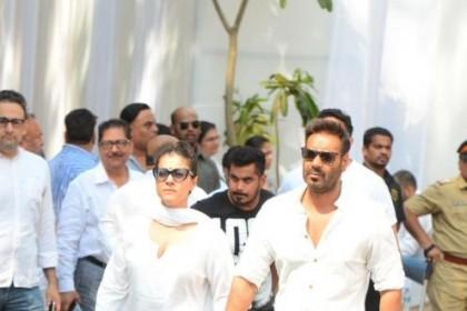देखिये PHOTOS, अजय देवगन और काजोल भी पहुंचे श्रीदेवी के शोक-सभा में देखिये PHOTOS, अजय देवगन और काजोल भी पहुंचे श्रीदेवी के शोक-सभा में