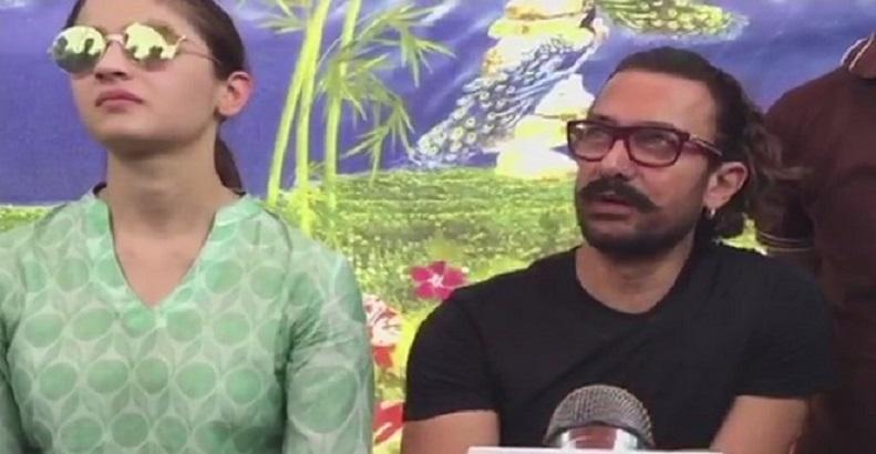 आमिर खान और आलिया भट्ट ने की लातूर में खुदाई, तस्वीरें वायरल
