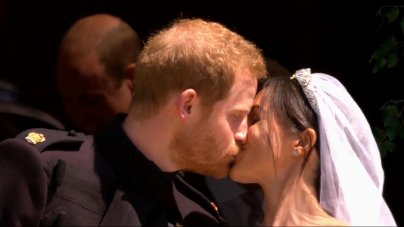 Royal Wedding: प्रिंस हैरी और मेगन मर्केल ने किया शादी के बाद पहला KISS, देखिये PHOTOS