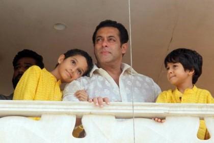 सलमान खान ने बालकनी में आकर फैंस को दी ईद की शुभकामनाएं