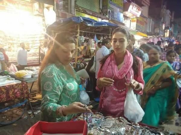 सारा अली खान और अमृता सिंह हैदराबाद में निकली बाज़ार घुमने, देखिये फोटो