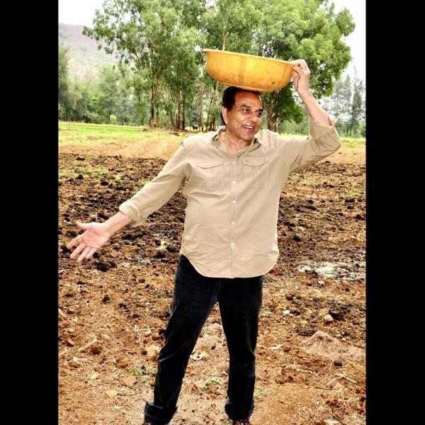 धर्मेन्द्र हैं फिल्मों से दूर, 82 साल की उम्र में कर रहे खेतीबारी