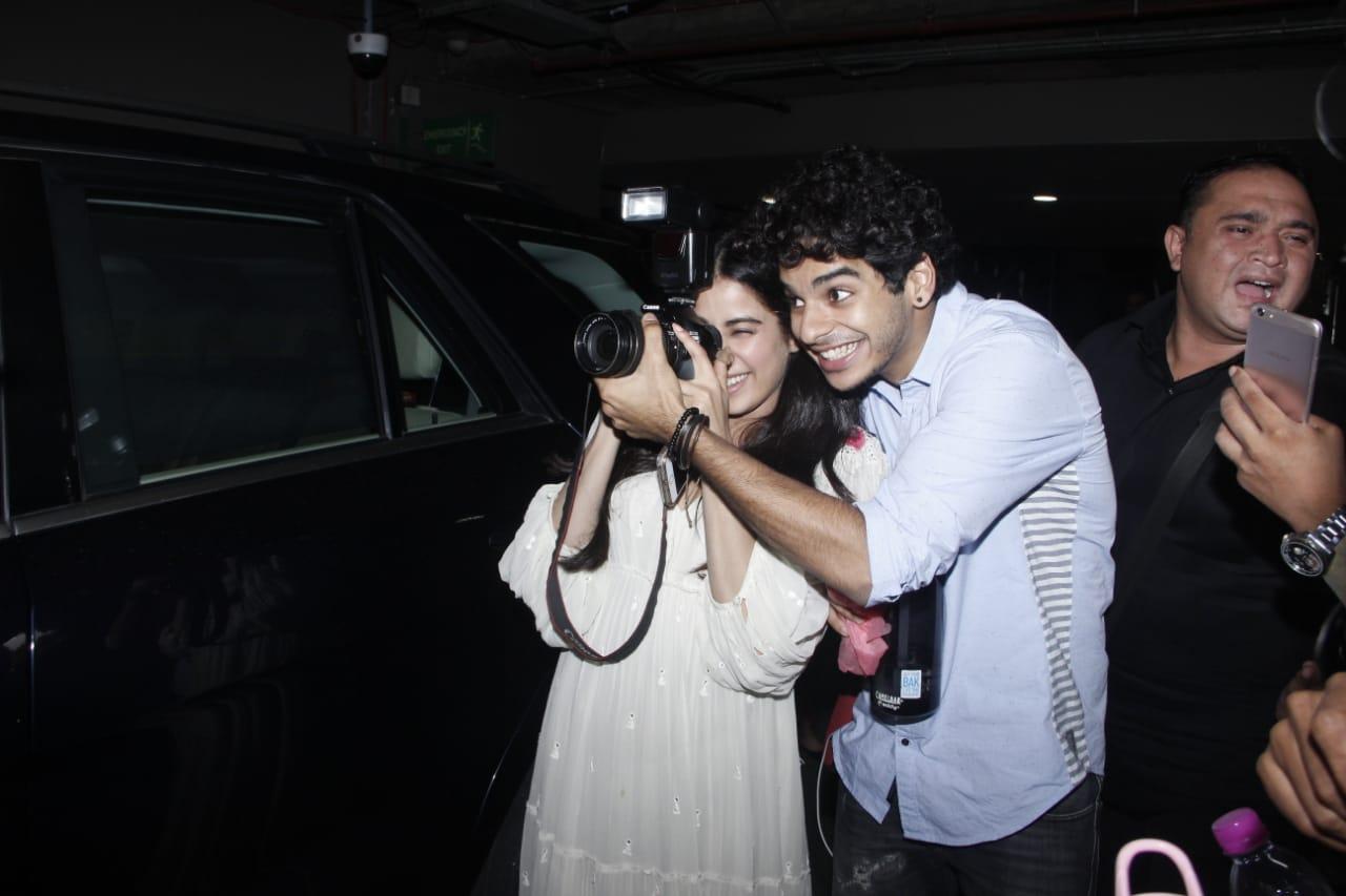 जब जाह्नवी और ईशान ने थामा कैमरा, उड़ गए फोटोग्राफर्स के होश, जरा तस्वीरें तो देखिए