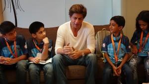 शाहरुख़ खान मिले कैंसर की जंग लड़ने वाले बच्चों से, बाद में कही ये बड़ी बात