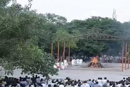 LIVE: बेटी नमिता ने दी मुखाग्नि, पंचतत्व में विलीन हुए अटल बिहारी वाजपेयी