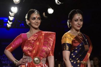 हेमा मालिनी ने हाल में ही बेटी ईशा देओल के साथ किया रैम्प वॉक , यहाँ देखिये उनकी खूबसूरत तस्वीरें