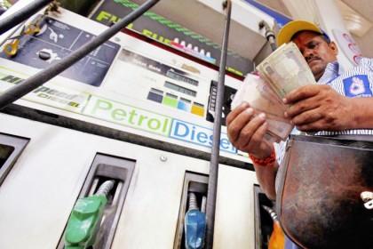 पेट्रोल-डीजल के दाम में ऊंची छलांग, लेकिन कच्चे तेलों के दाम नहीं है वजह!