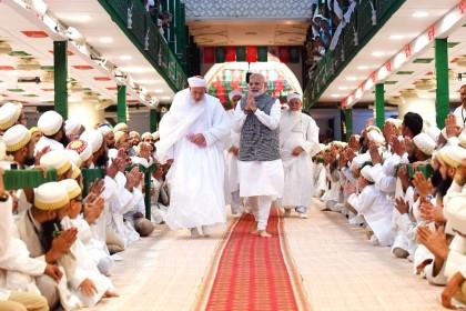 मस्जिद में मोदी: सियासी समर से पहले मुस्लिमों के दर पहुंचे पीएम