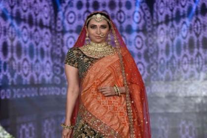 राजस्थानी दुल्हन के लिबास में दिखी करिश्मा कपूर, रैंप पर दिखाई अपनी खूबसूरत अदाएं