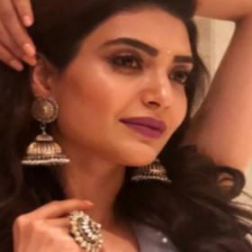 नागिन 3 की एक्ट्रेस करिश्मा तन्ना ने ग्रे कलर के लहंगे में बिखेरी कातिलाना आदाएं