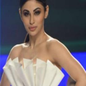 Fashion Week: मौनी रॉय ने बिखेरा हुस्न का जलवा, उर्वशी रौतेला का दिखा कातिलाना अंदाज