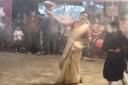 VIDEO: नवरात्री पूजा की जश्न में डूबी सुष्मिता सेन, बेटियों के साथ किया धुनुची डांस