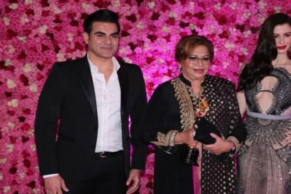 Lux Golden Rose Awards: मां के सामने GF के हाथों में हाथ डाले दिखे अरबाज खान, घरवालों ने कबूला रिश्ता!