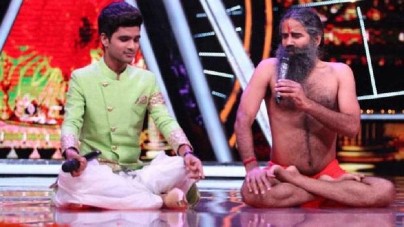 Indion Idol 10 में कंटेस्टेंट के गाने पर बाबा रामदेव ने किया धमाकेदार योगा डांस
