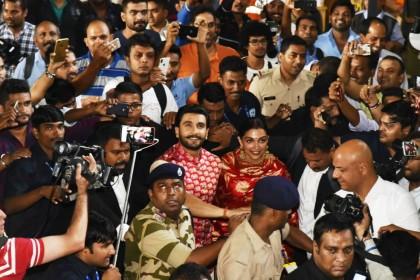 PHOTOS: मुंबई एयरपोर्ट पर 'दीपवीर' को देख बेकाबू हुए फैंस, तो यूं दीपिका के बॉडीगार्ड बने रणवीर