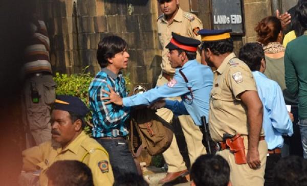 शाहरुख खान की बर्थडे पार्टी में पुलिस ने डाला ख़लल, आधी रात को रोकना पड़ा जश्न