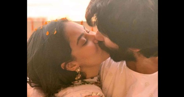 दिवाली पर दिखा शाहिद कपूर – मीरा राजपूत का बेहद रोमांटिक अंदाज, कुछ ऐसे किया विश