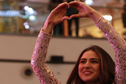 PHOTOS: फैंस के साथ मस्ती करती नजर आई सारा अली खान, स्टेज पर खूब लगाए ठुमके