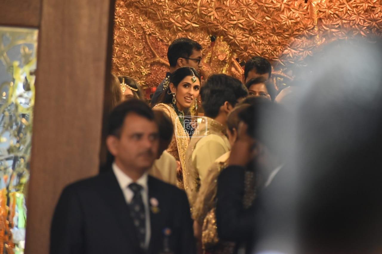 बॉलीवुड के ये सितारे एक ट्रेडिशनल ड्रेस में देखे जा सकते है| जया बच्चन ने साड़ी के साथ एक बहुत ही खूबसूरत सा नेकलेस पहना है| वहीँ अमिताभ बच्चन भी किसी शहंशाह से कम नहीं हैं|