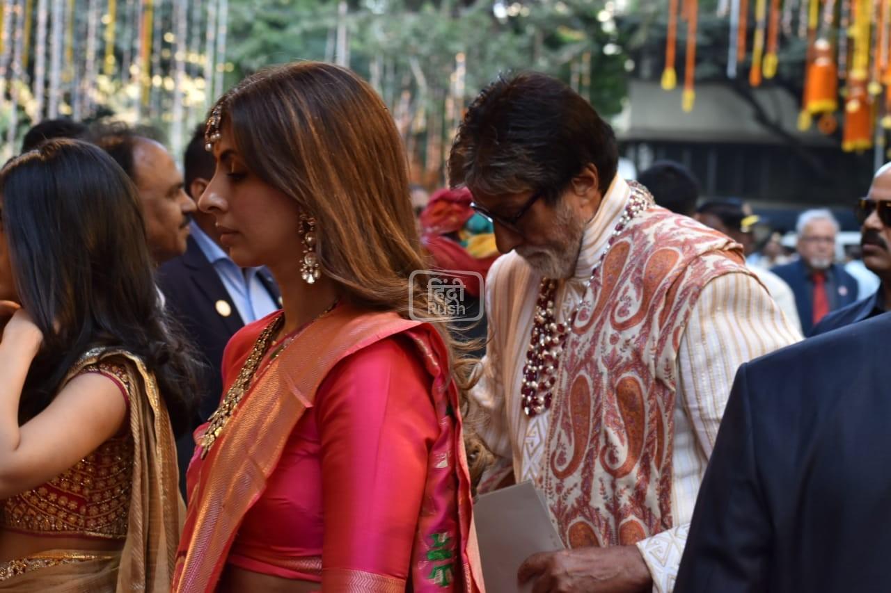 मुकेश अंबानी की बेटी ईशा अंबानी की शादी आज मुंबई में होने जा रही है। ईशा अंबानी आनंद पिरामल के साथ शादी के बंधन में बंधने वाली है|