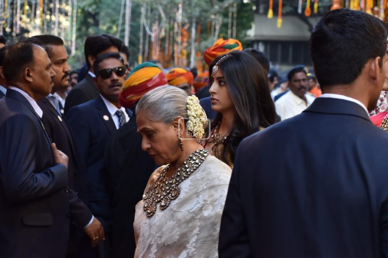 कई हस्तियों से आज शहर में इस हाई प्रोफ़ाइल शादी में भाग लेने वाली है| पिछले हफ्ते, बॉलीवुड की कई बड़ी हस्तियों ने राजस्थान के उदयपुर में आयोजित इस कपल के प्री वेडिंग सेरेमनी में भाग लिया था।