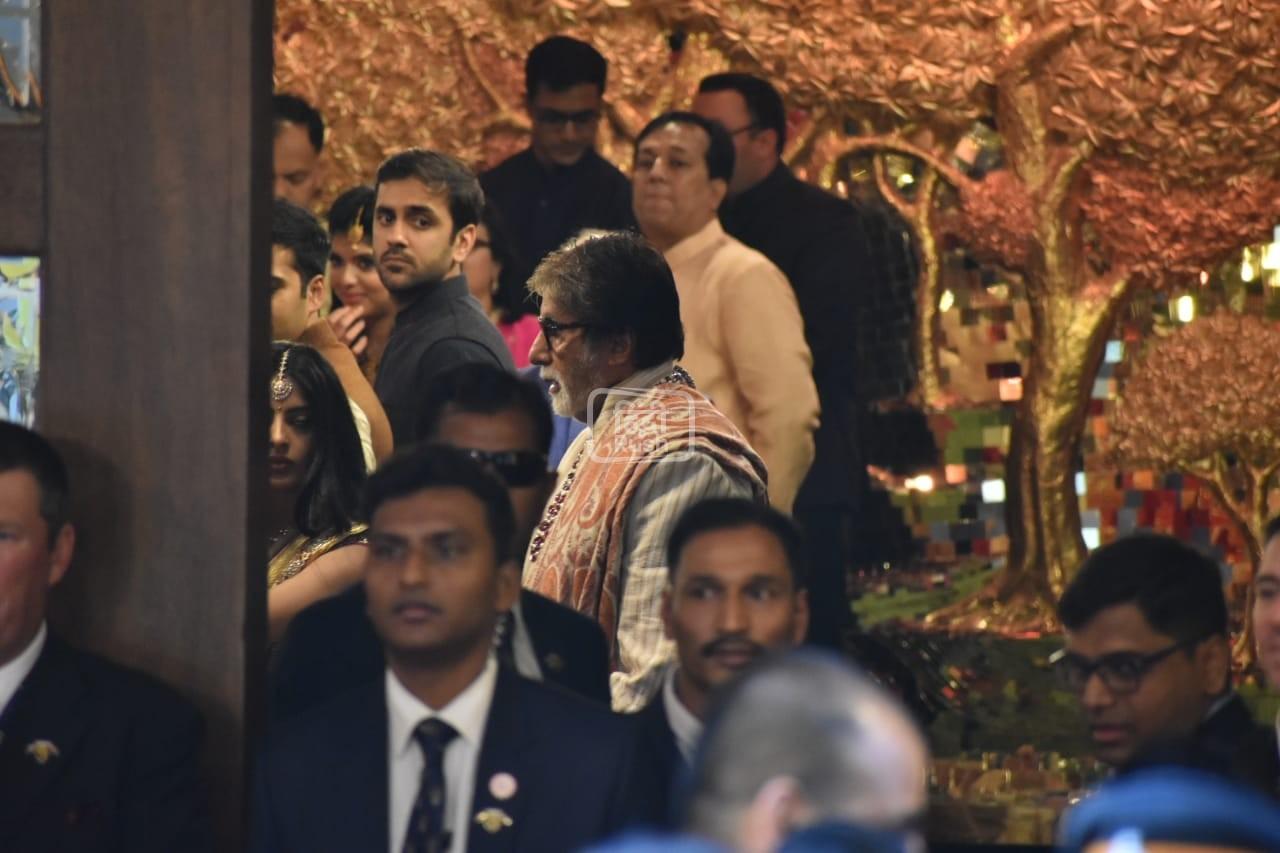 आज, जब ईशा की शादी यहां मुंबई में हो रही है तो उम्मीद है कि बॉलीवुड की ये बड़ी हस्तियां शादी में शामिल होने के लिए मौजूद हों| शादी में अभी से बॉलीवुड सितारों का आना शुरू हो गया है|