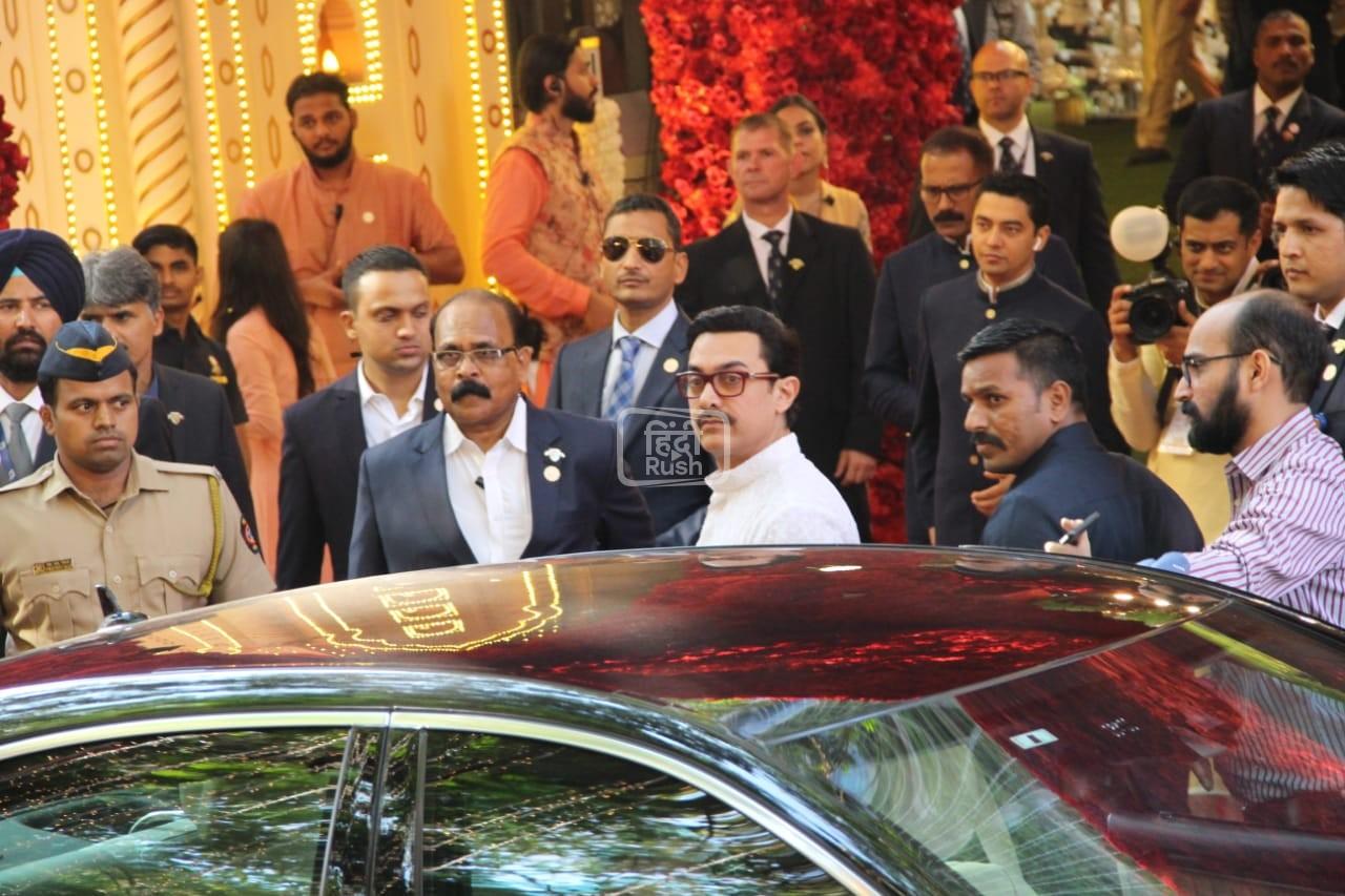 आज ईशा अंबानी और आनंद पीरामल की शादी में शामिल होने के लिए सबसे पहले आज आमिर खान के साथ उनकी पत्नी किरण राव और लस्ट स्टोरी एक्ट्रेस कियारा आडवाणी जैसे कलाकार पहुँच गए| वहीँ इसके साथ अमिताभ बच्चन, श्वेता नंदा और जया बच्चन भी नज़र आये|