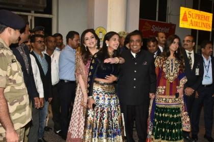 PHOTOS: प्रियंका चोपड़ा-निक जोनस की शादी के लिए जोधपुर पहुंचा अंबानी परिवार, देर रात तक खुला रहा एयरपोर्ट