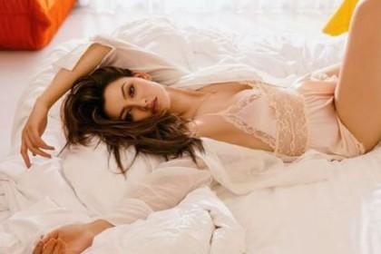 PHOTOS: उर्वशी रौतेला ने की बोल्डनेस की सारी हदें पार, बेड पर नाइटी पहन कुछ यूं लगाई दिलों में आग