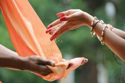 Makar Sankranti 2019: इन चीजों को दान करने से मिलेगा सब सुखों का लाभ, स्नान करते वक्त इस मंत्र का करें जाप