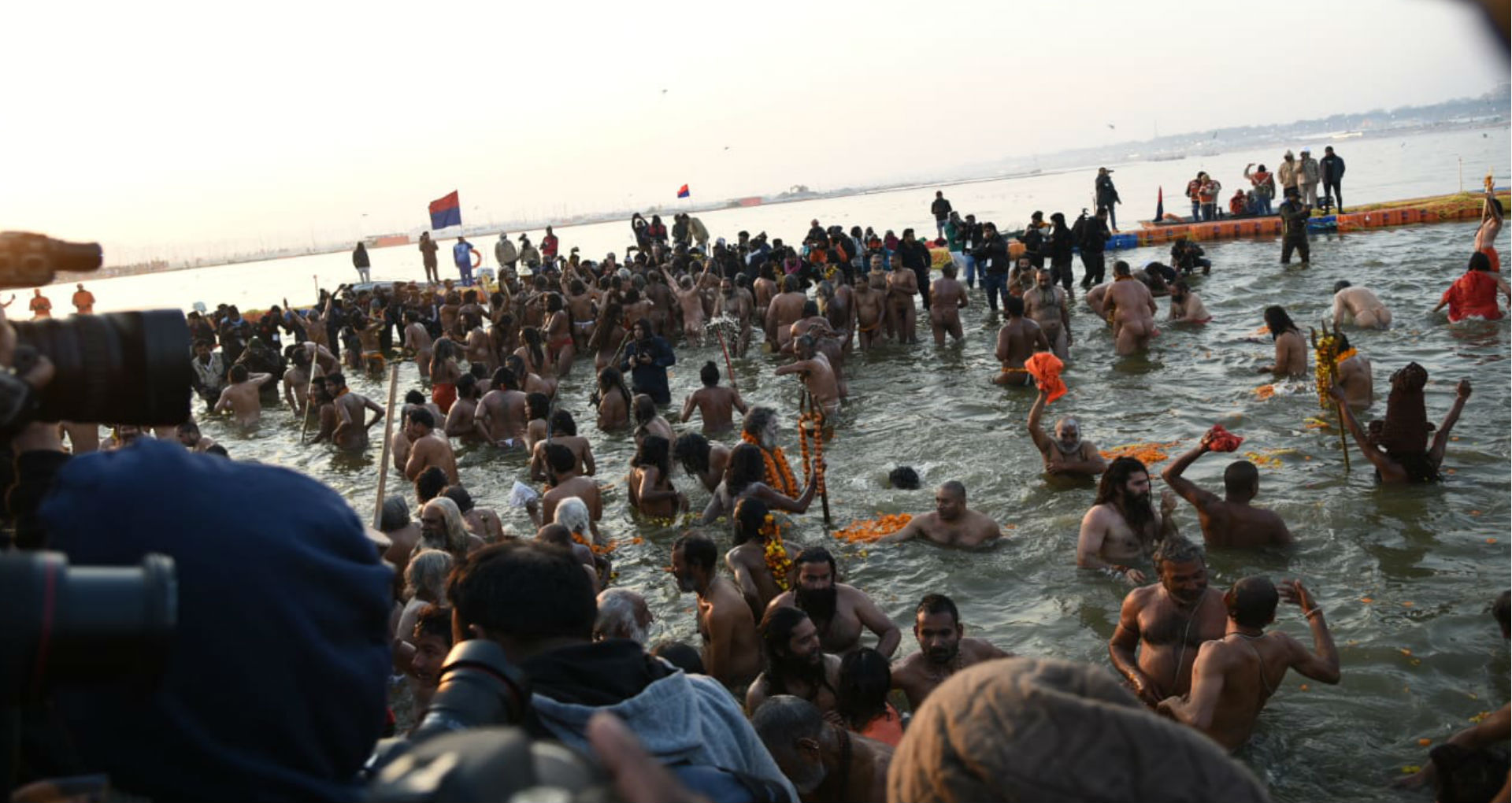 Kumbh Mela 2019: प्रयागराज में पहले शाही स्नान से हुई कुंभ मेले की शुरूआत, देखिए संगम नगरी से सीधा LIVE
