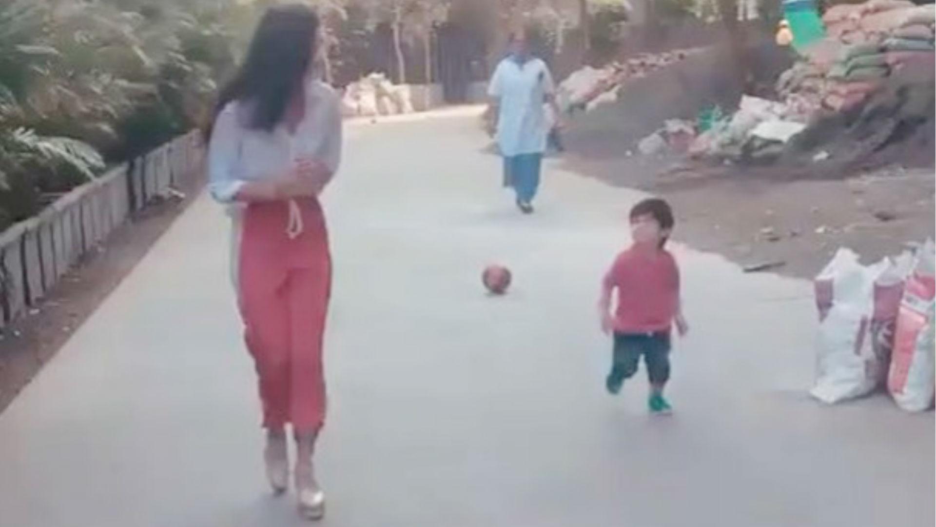 करीना कपूर के लाडले तैमूर अली खान फिल्म गुड न्यूज के सेट पर कियारा आडवाणी संग यूं कर रहे मस्ती, वीडियो वायरल