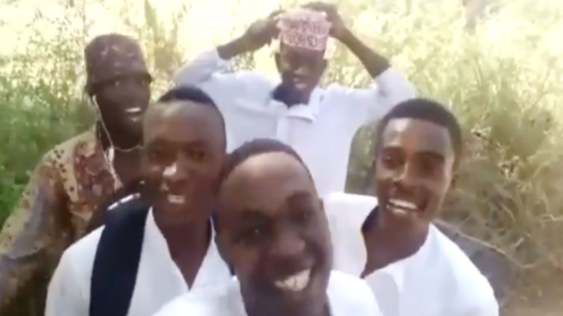 भोली सी सूरत, आंखों में मस्ती, दूर खड़ी शरमाए…जब नाइजीरियाई लड़कों ने गाया ये गाना, लोग बोल उठे- आए-हाए