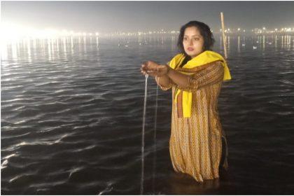 भोजपुरी की किक एक्ट्रेस अंजना सिंह कुम्भ नहाते हुए (फोटो इंस्टाग्राम)