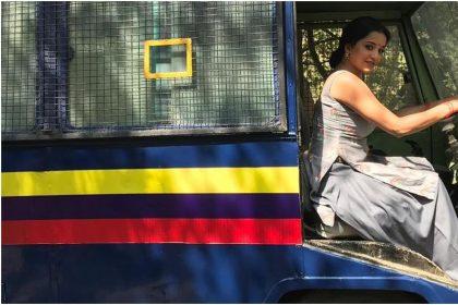 पुलिस वैन की ड्राइवर सीट पर मोनालिसा (फोटो इंस्टाग्राम)