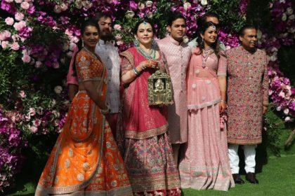 आकाश और श्लोका की शादी में कुछ इस तरह मेहमाननवाजी करते नजर आए मुकेश अंबानी-नीता अंबानी, देखें तस्वीरें