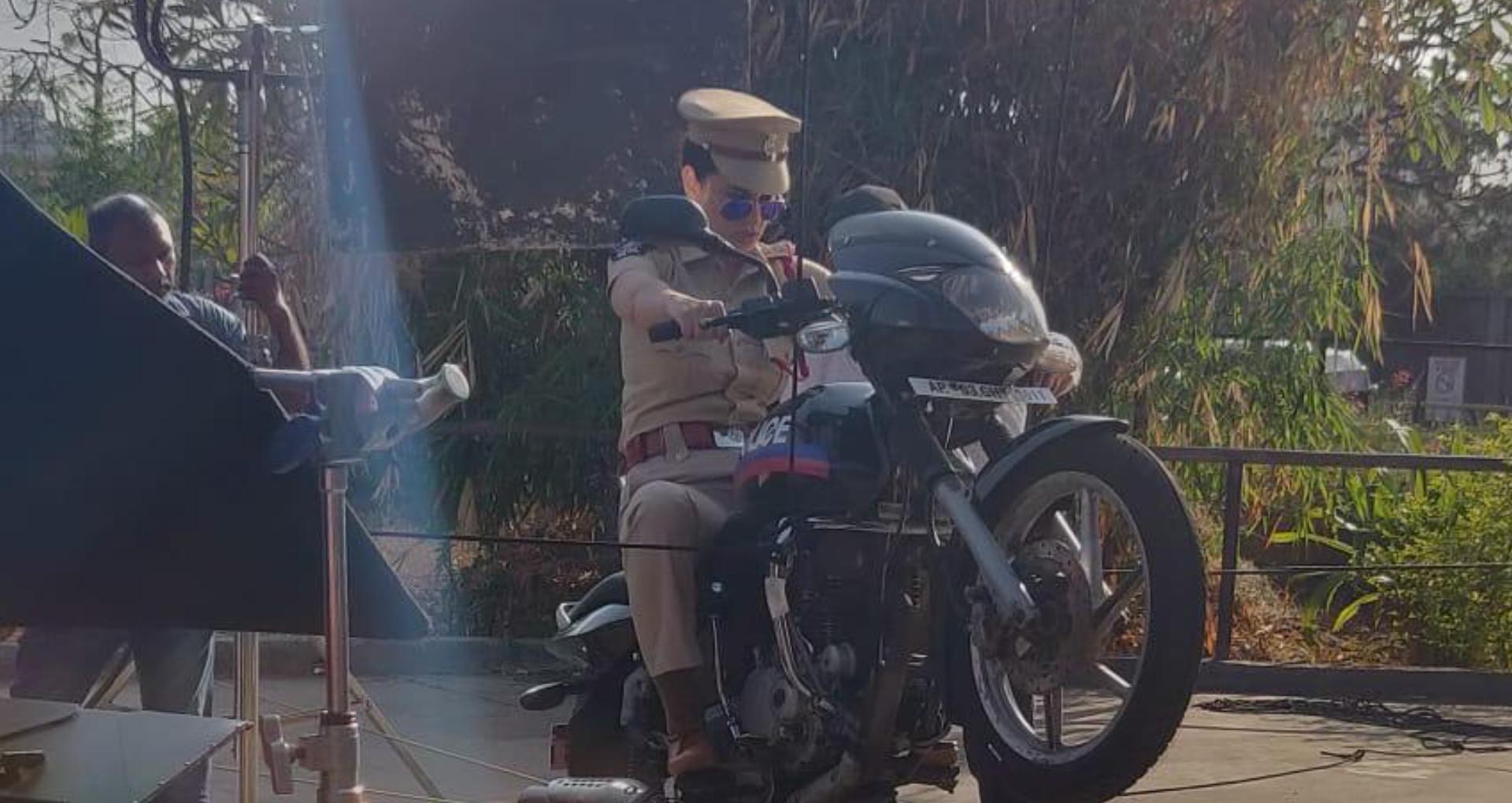 फिल्म मेंटल है क्या से कंगना रनौत का लुक हुआ लीक, पुलिस के किरदार में आईं नजर, देखिए तस्वीरें