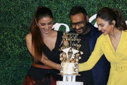 फिल्म दे दे प्यार दे के ट्रेलर लॉन्च पर अजय देवगन ने तब्बू-रकुल प्रीत सिंह संग काटा बर्थडे केक, देखें तस्वीरें