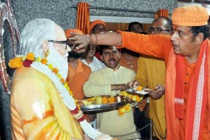 Ravi kishan BJP MP candidate in Gorakhnath Temple Gorakhpur Lok Sabha Elections 2019