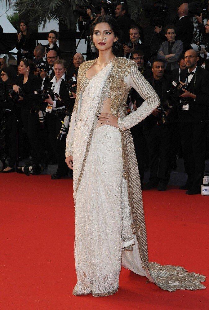 कान फिल्म फेस्टिवल 2013 (Cannes Film Festival 2013) में सोनम कपूर ने वाइट और गोल्डन कलर की साड़ी पहनी थी जो देखने ही लायक थी|