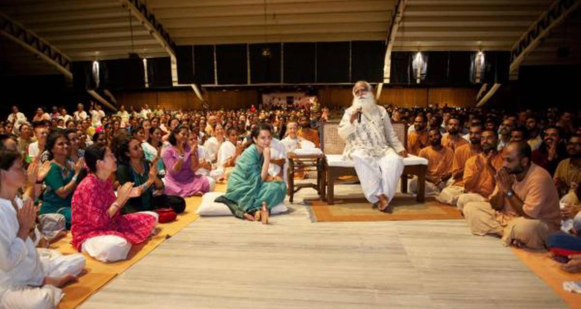 कंगना रनौत ने योगा सेंटर में की मणिकर्णिकाः द क्वीन ऑफ झांसी की स्क्रीनिंग, सदगुरू और सेवकों के साथ देखी फिल्म