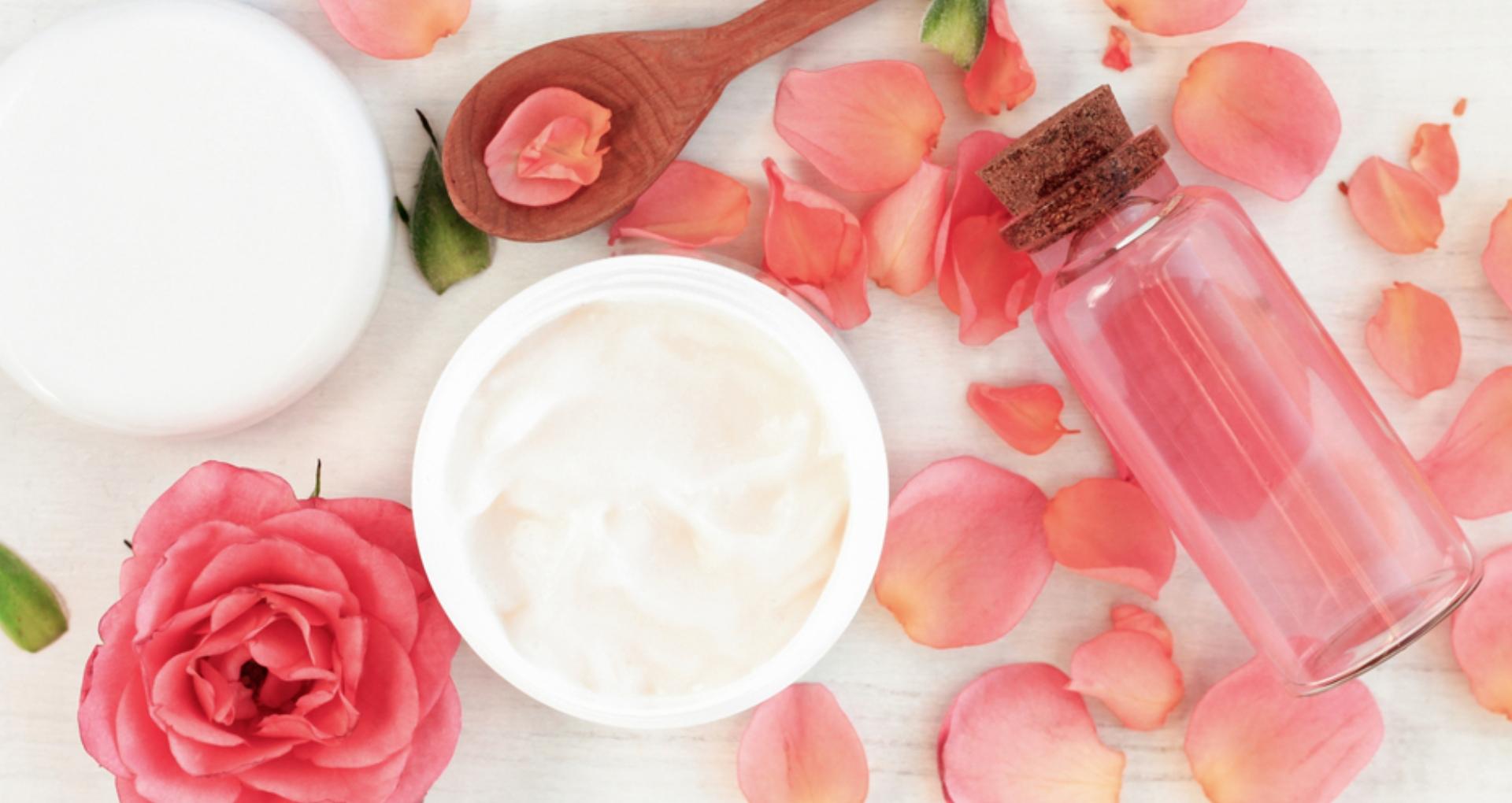 Beauty Tips: गुलाबजल की कुछ बूंदें आपकी खूबसूरती में लगा देंगी चार चांद, जानिए इसके अनोखे फायदे