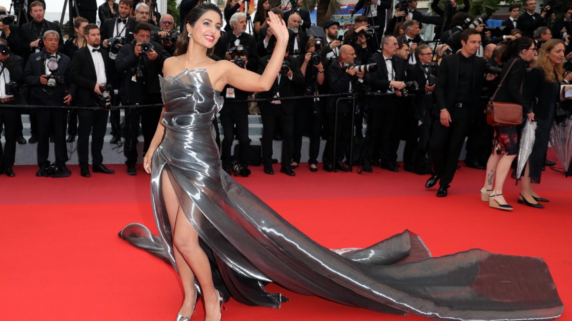 Cannes 2019: हिना खान का एक बार फिर दिखा स्टनिंग लुक, सिल्वर गाउन में रेड कार्पेट पर ढाया कहर