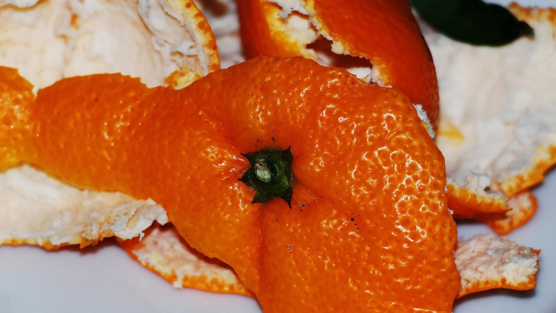 संतरे के छिलके को बेकार समझकर फेंकने की न करें गलती, ऐसे करें इसका इस्तेमाल और बढ़ाएं अपनी खूबसूरती
