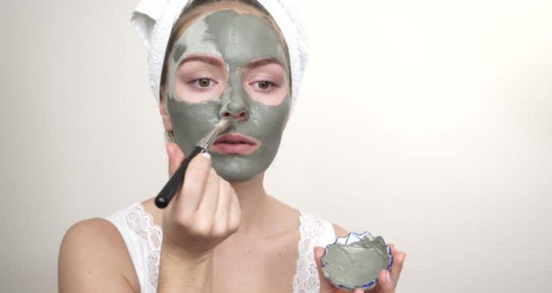 Facial At Home: पार्लर जाकर पैसे और वक्त बर्बाद क्यों करना? 5 आसान स्टेप में घर पर ही करें फेशियल