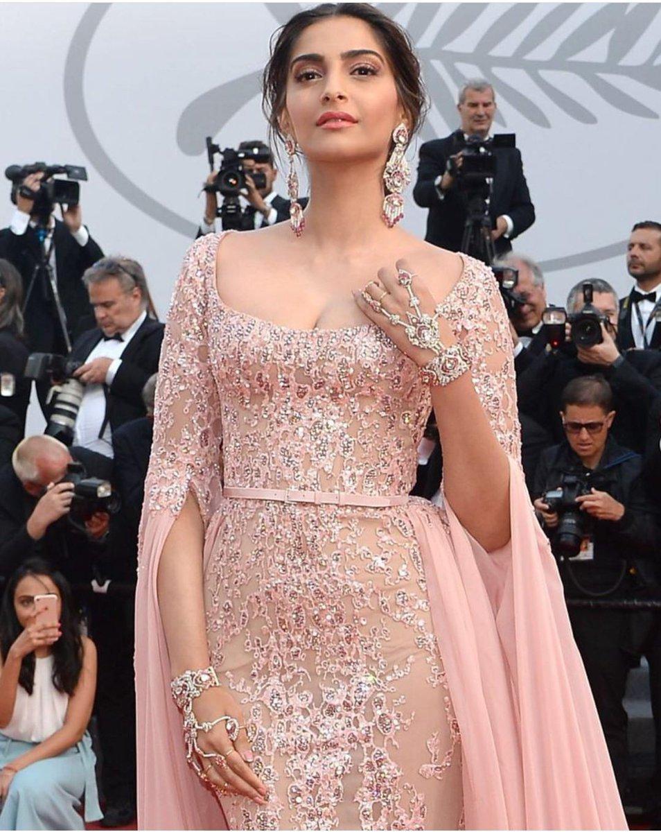 Cannes Film Festival 2017 में सोनम कपूर कुछ इस अंदाज़ में नज़र आयीं थी|