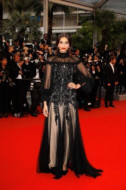 सोनम कपूर (Sonam Kapoor Films) ने 2012 कान फिल्म फेस्टिवल (Cannes Film Festival 2012 ) में रेड कार्पेट पर ये जो ब्लैक कलर की ऑउटफिट पहनी तो सभी की निगाहें उन्ही पर आकर ठहर गयीं|
