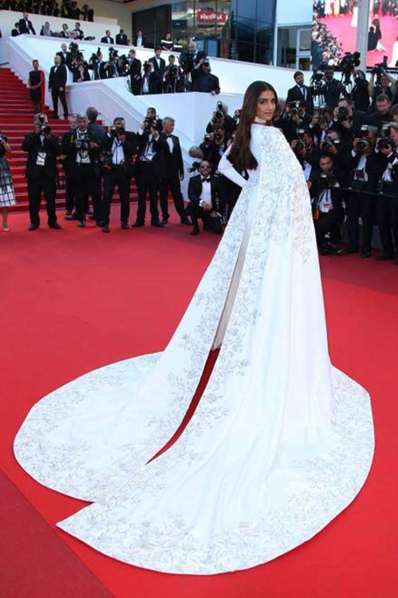 सोनम कपूर (Sonam Kapoor Photos) ने कान फिल्म फेस्टिवल में एक के बाद एक कई सारे वाइट कलर के ऑउटफिट पहने थे उन्ह में से एक ये ऑउटफिट भी थी| लॉन्ग ट्रेल वाली इस ड्रेस में सोनम प्यारी लग रही थी|
